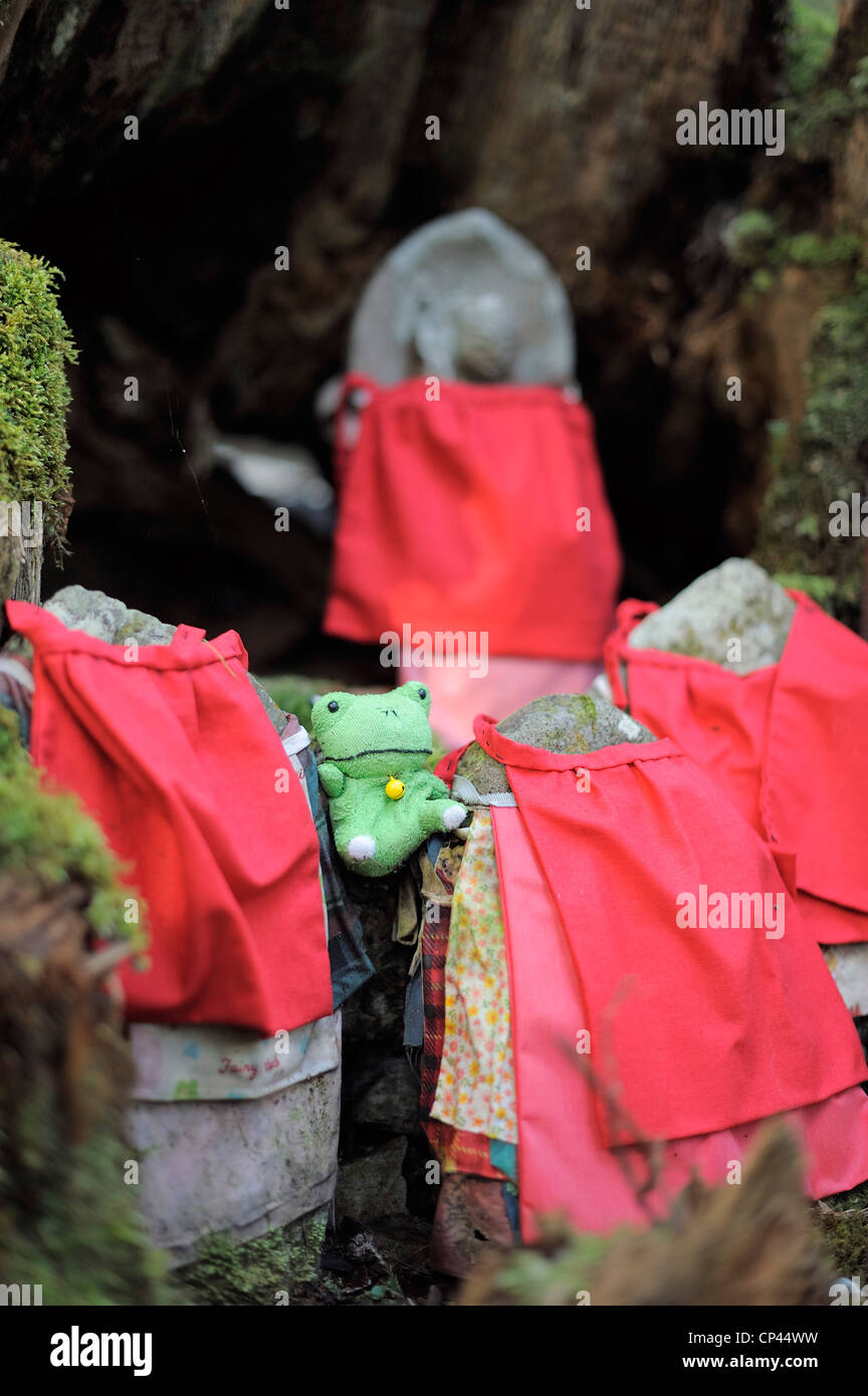 stone figures with bibs and soft toy frog at Okunoin cemetery, Koya-San, Japan - Stock Image
