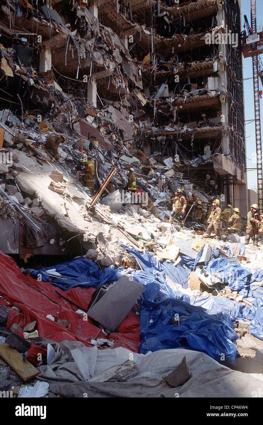 Oklahoma City firefighters form a line to remove rubble from the explosion site of the Alfred P. Murrah Federal Stock Photo