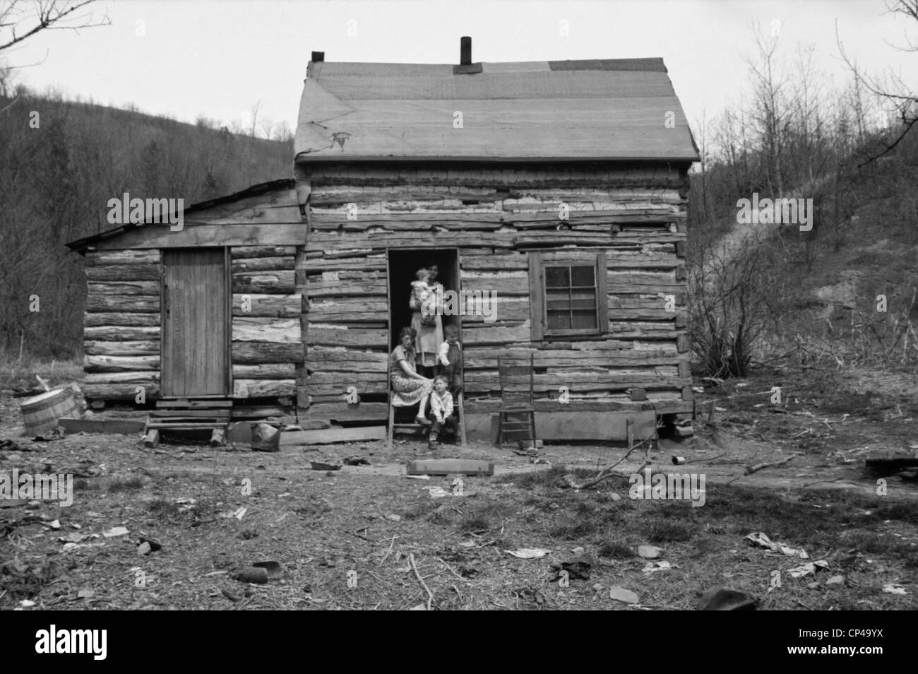 Log Cabin home in Ohio. A mother with four of her five children would be soon be resettled on Ross-Hocking Land - Stock Image
