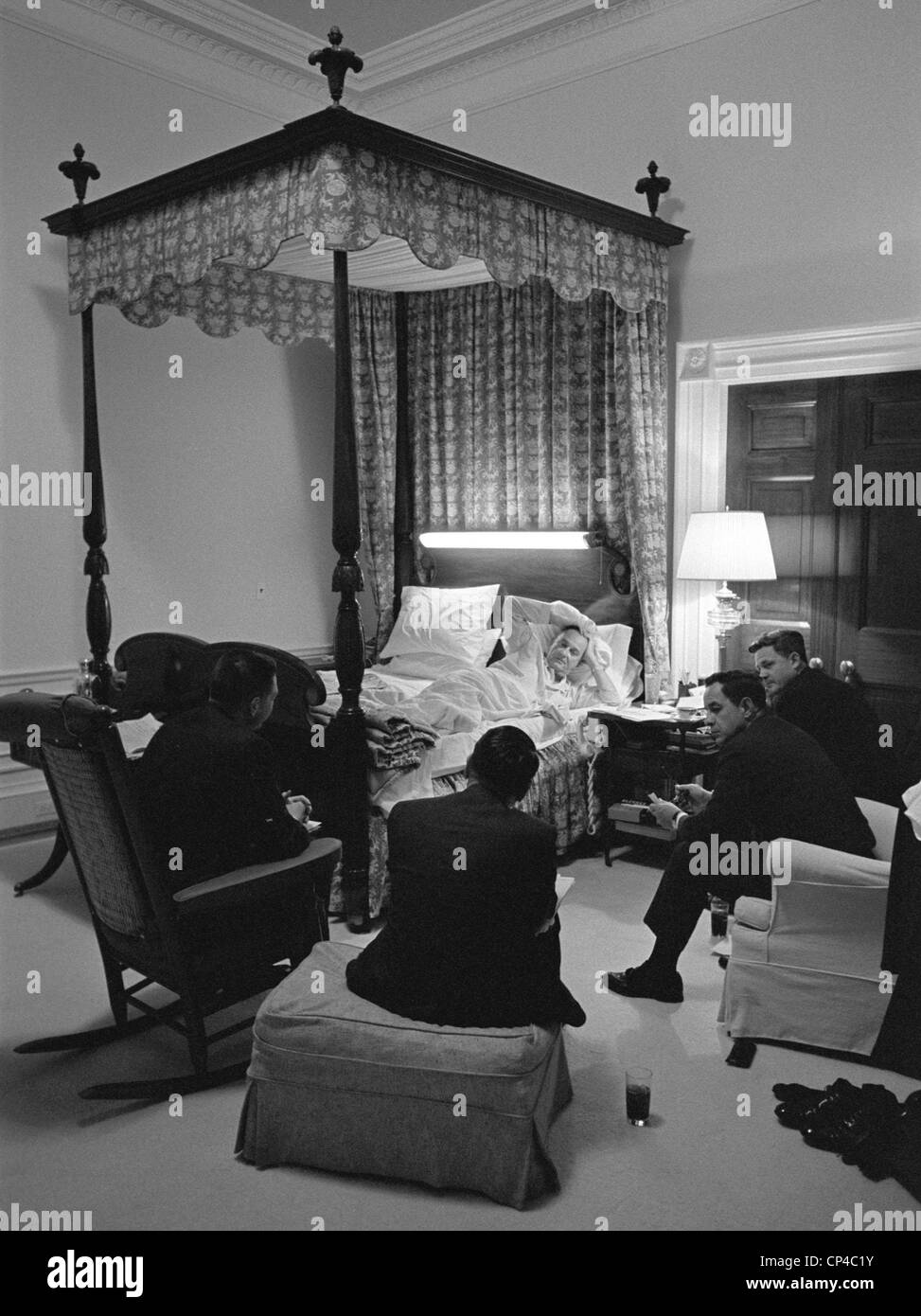 Линдон Джонсон умудрялся руководить Америкой даже лежа в постели. Иногда он вскакивал среди ночи чтобы отдать распоряжения о бомбардировках Вьетнама.