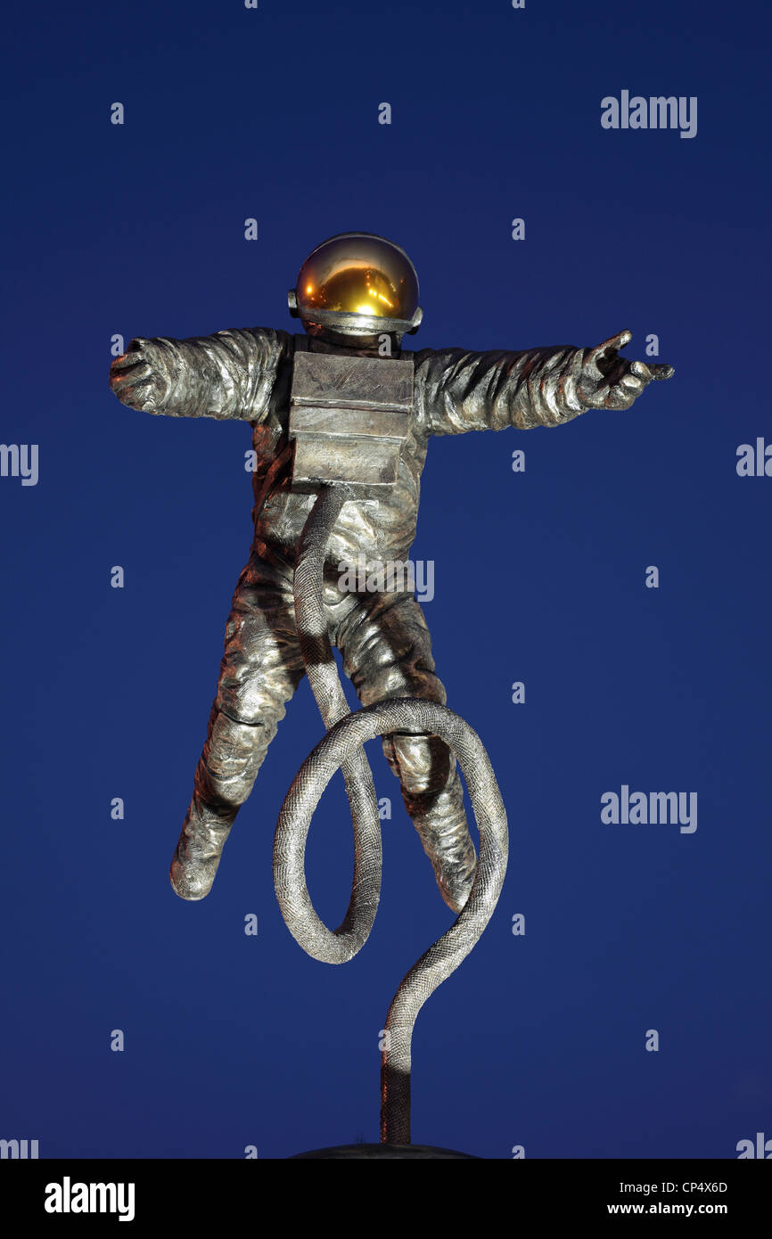 'The Pioneer', a statue commemorating US astronaut Ed White, outside the National Space Centre, Leicester. - Stock Image