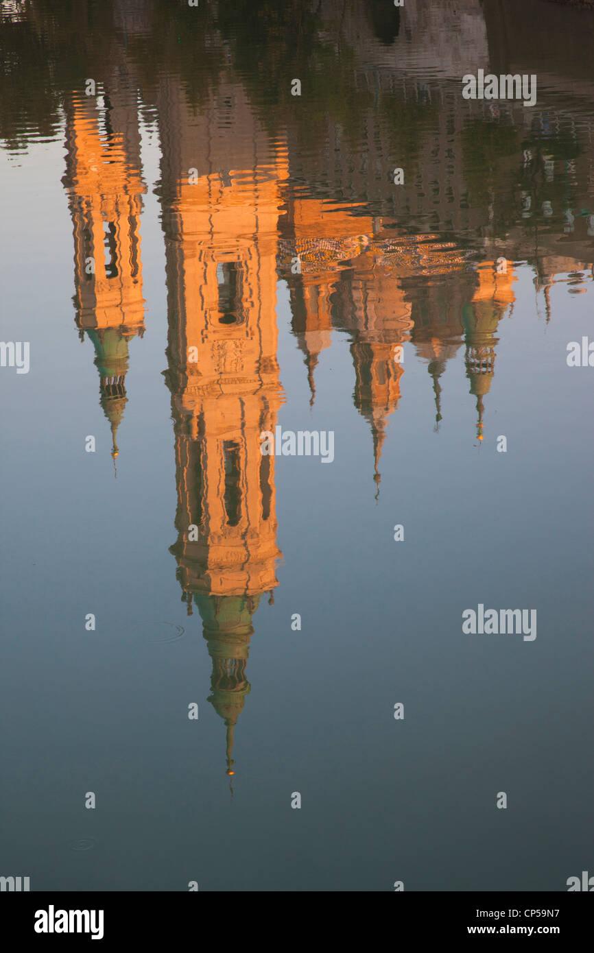 Spain, Aragon Region, Zaragoza Province, Zaragoza, Basilica de Nuestra Senora de Pilar on the Ebro River, sunset - Stock Image