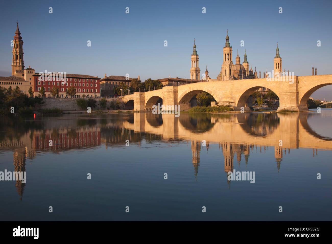 Spain, Aragon Region, Zaragoza, Basilica de Nuestra Senora de Pilar and the Puente de Piedra bridge, on the Ebro - Stock Image