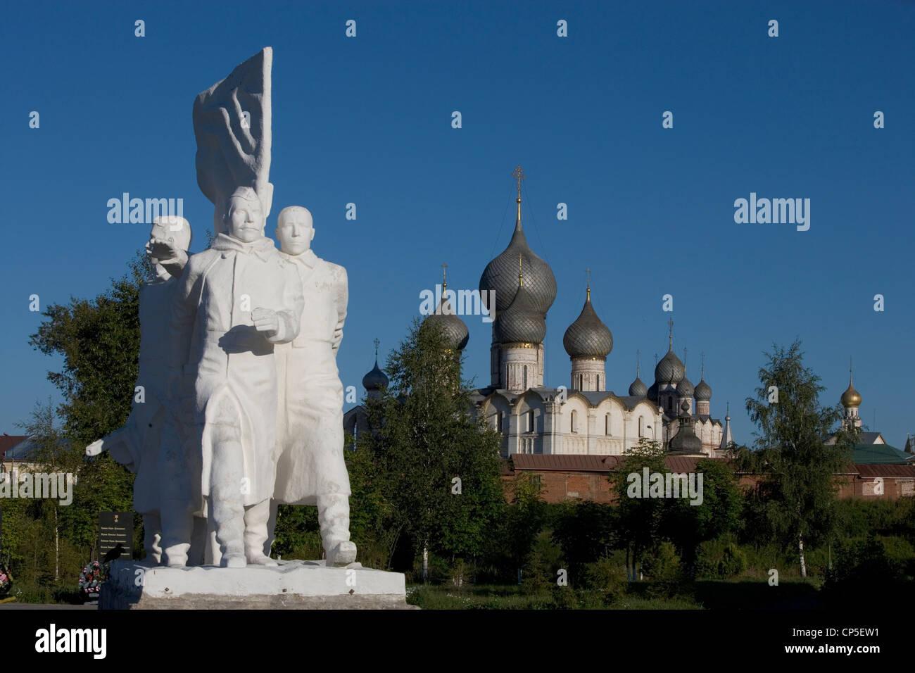 Russia Rostov. monument to victory in Great Patriotic War (1941-1945) backdrop of Kremlin (Kreml ', 1670-1683) - Stock Image