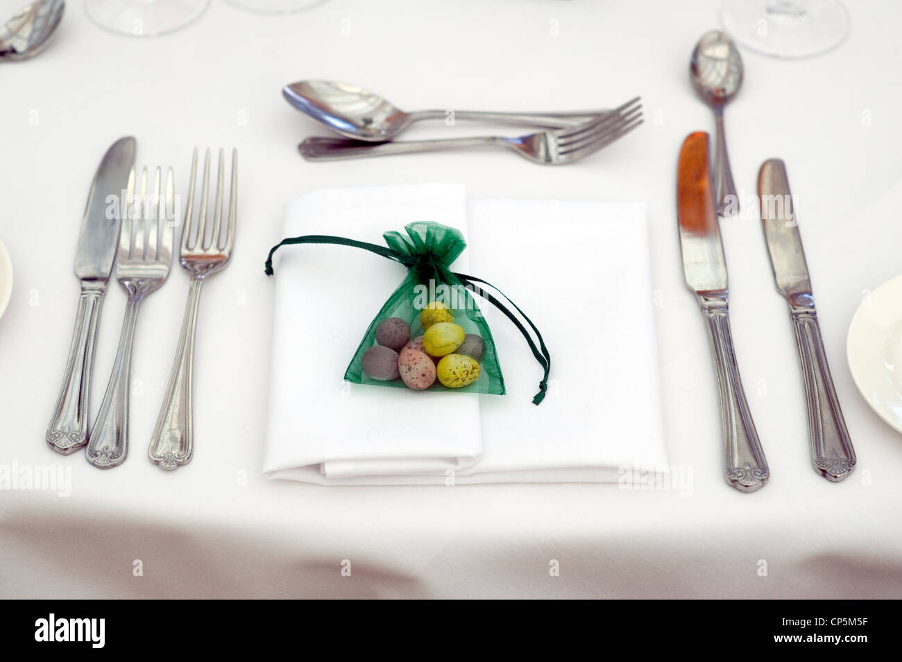 table setting at easter with easter egg favour - Stock Image
