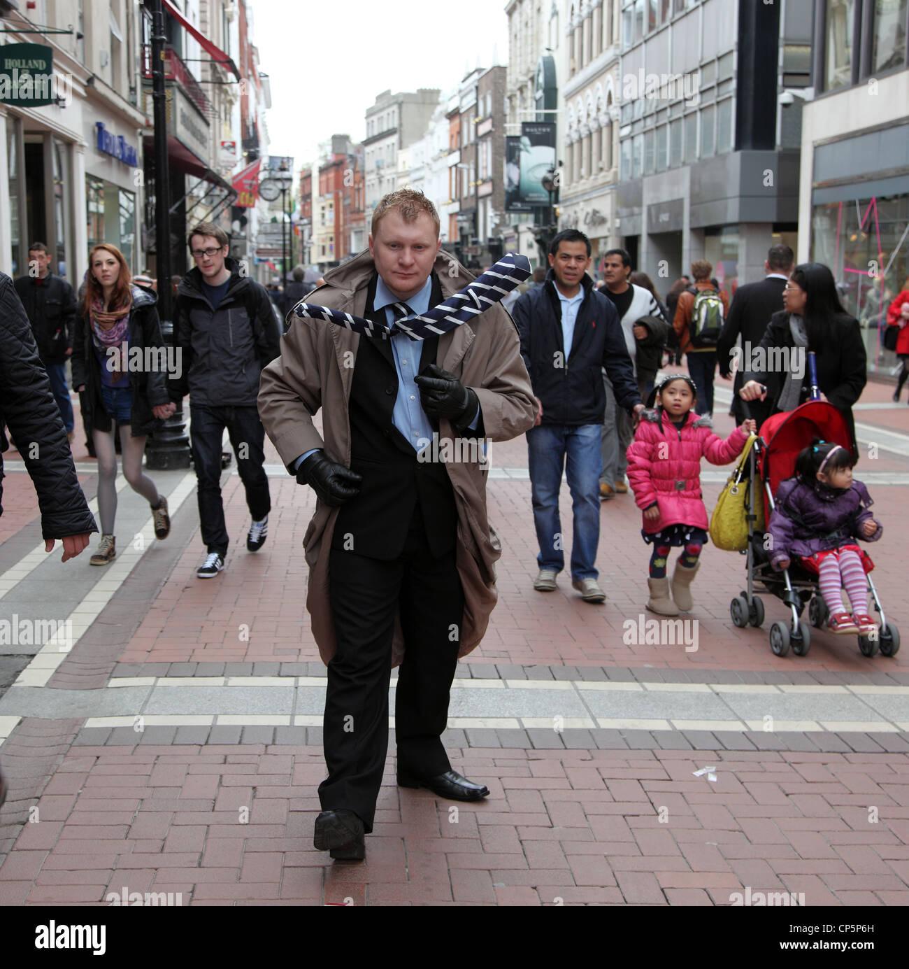 living statue performance artist, Grafton Street, Dublin, Ireland - Stock Image