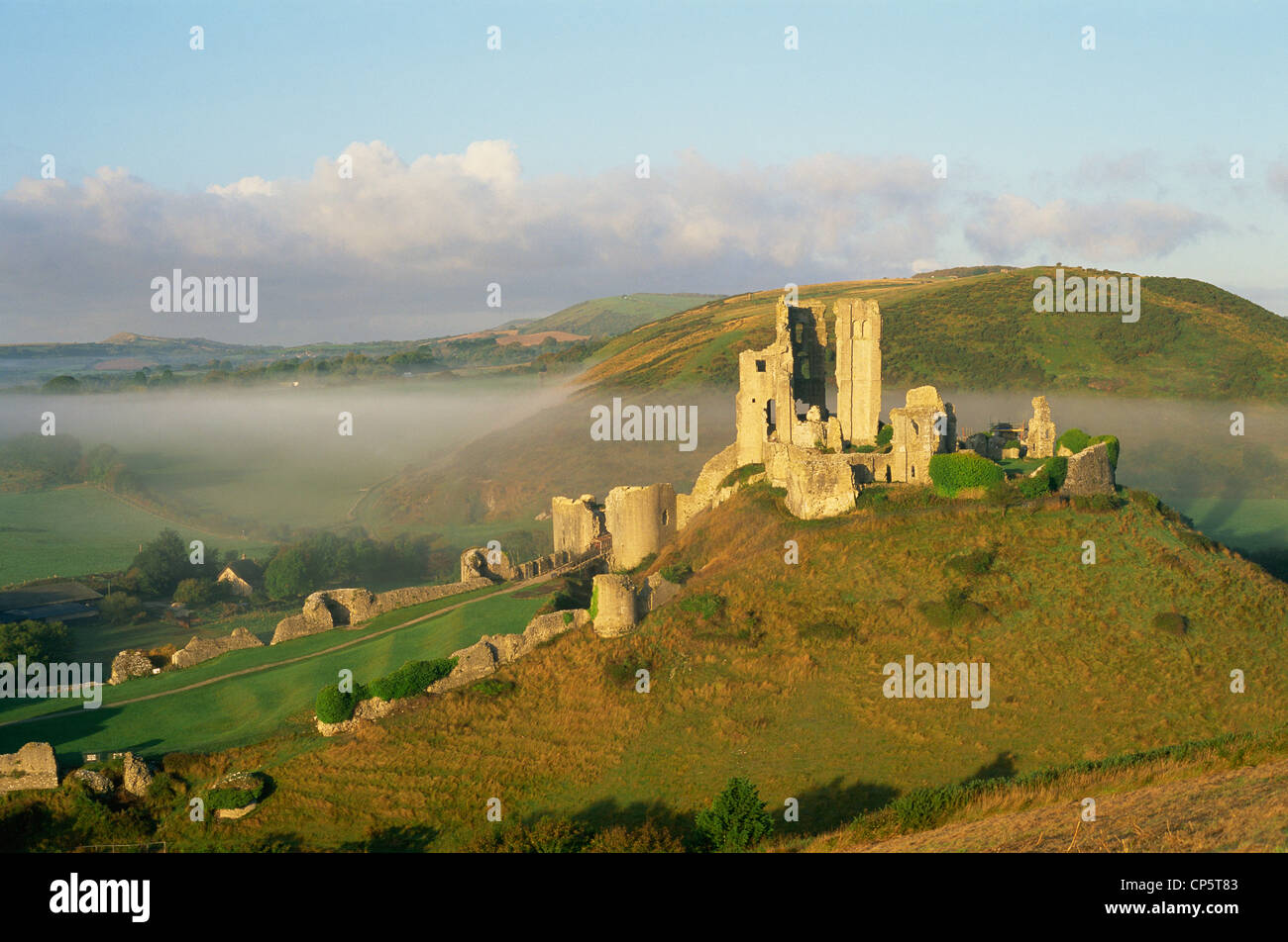 England, Dorset, Corfe Castle surrounded by mist - Stock Image