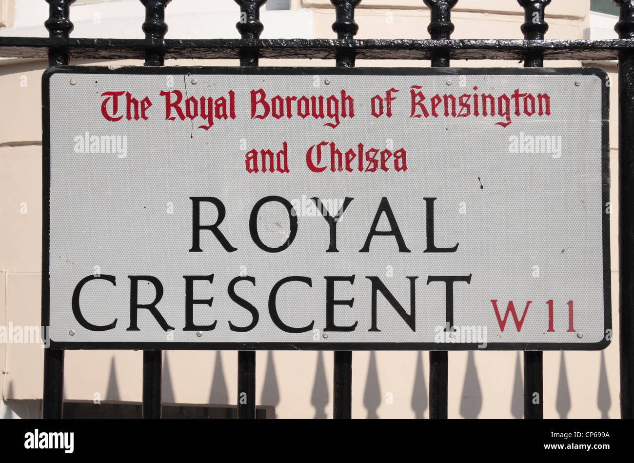 Ciudades del mundo (A a la Z) - Página 5 Street-sign-for-royal-crescent-w11-in-the-royal-borough-of-kensington-CP699A