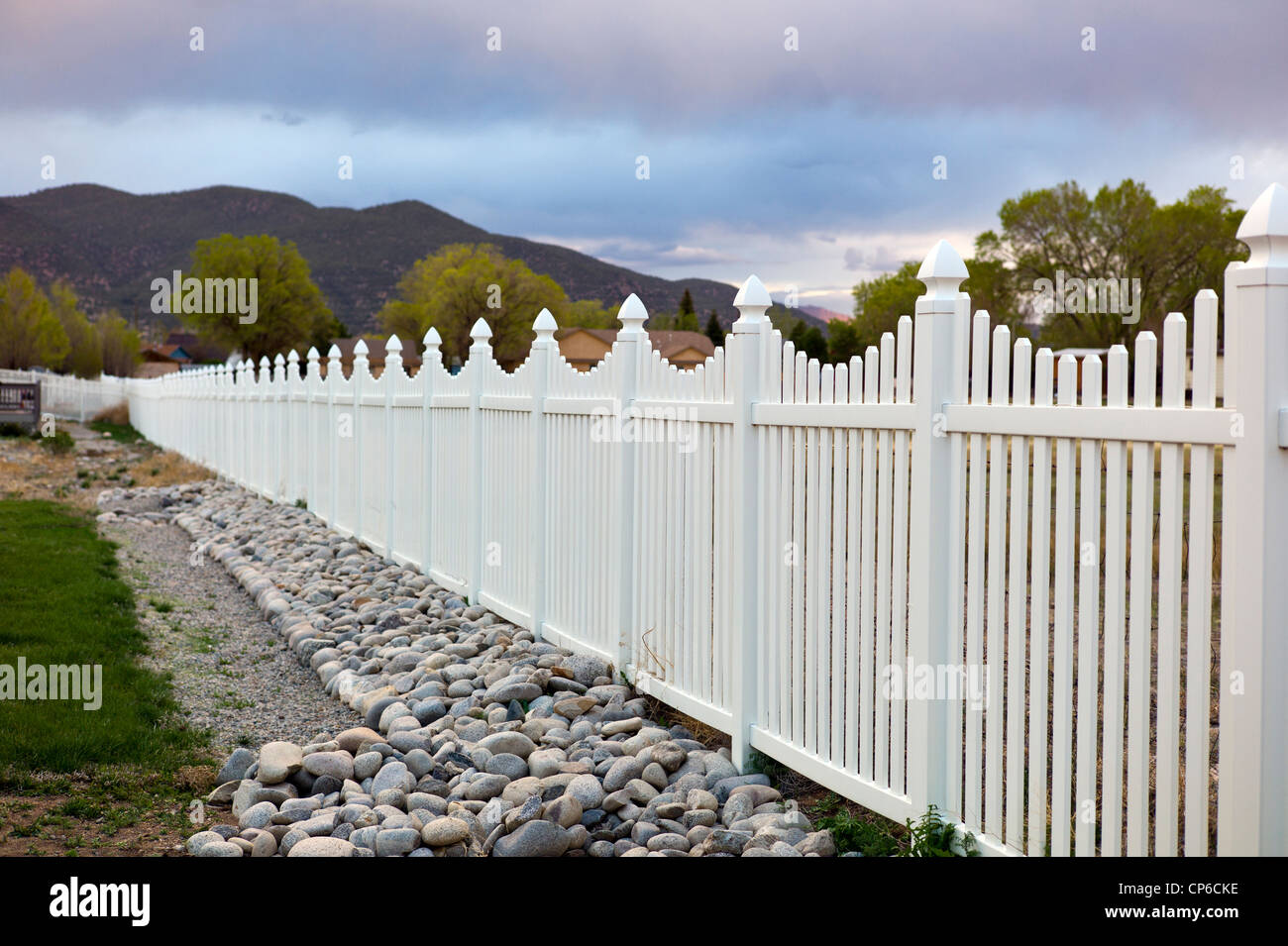 White vinyl fence surrounds Craftsman Style residential homes in Colorado, USA - Stock Image