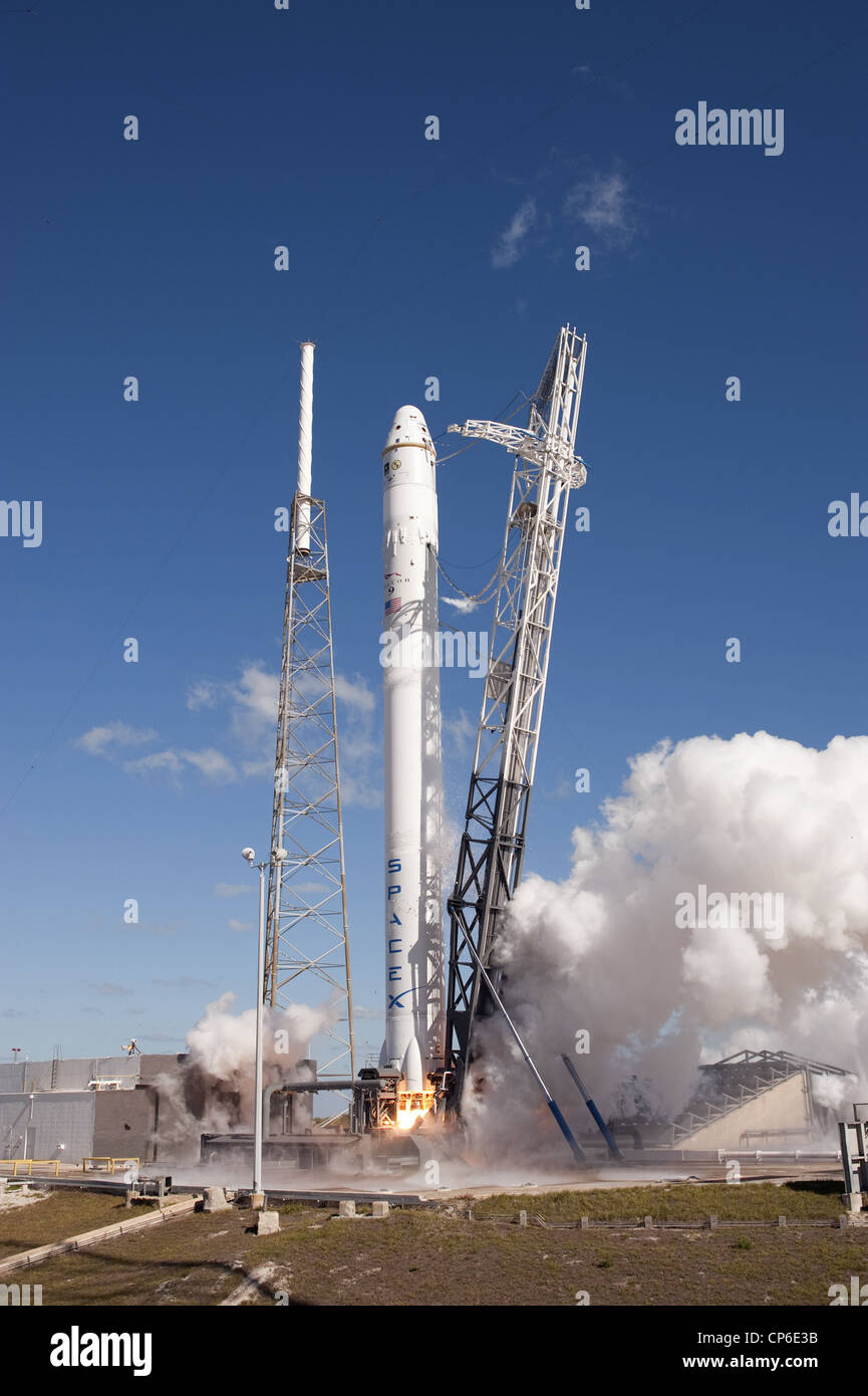 SpaceX Falcon 9 with Dragon COTS Demo 1 during static fire test - Stock Image