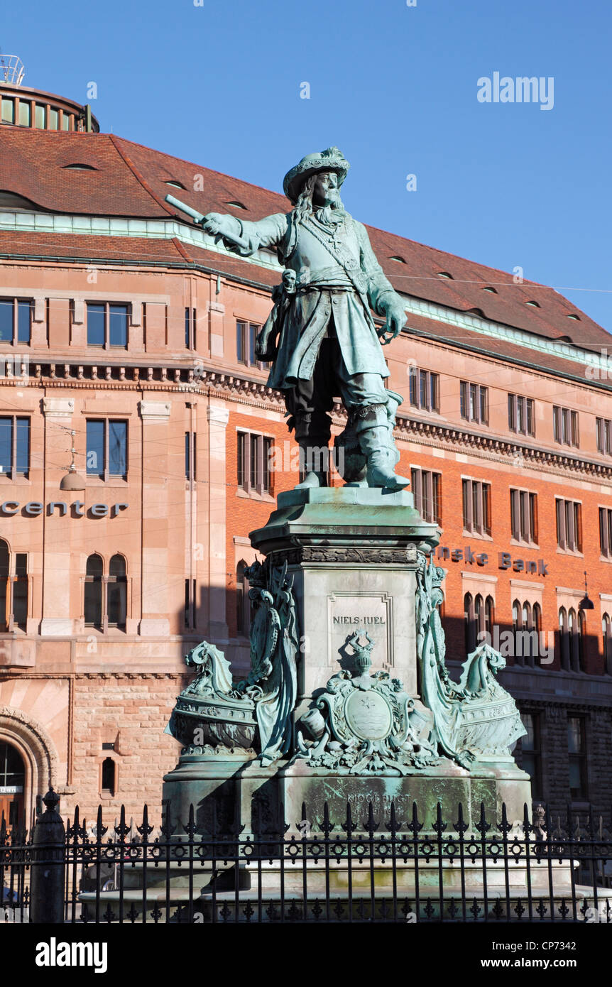 Statue of the naval hero and admiral Niels Juel (1629-97) viewing over Holmens Kanal - Holmen's Channel - in - Stock Image