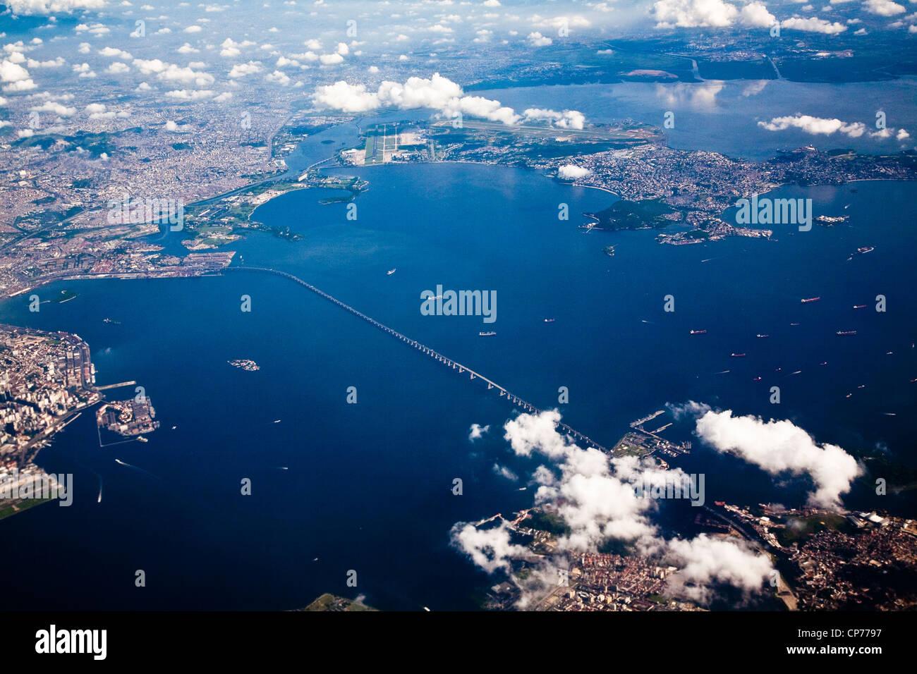 Aerial view of Guanabara Bay Baia da Guanabara crossed by Rio-Niterói Bridge Rio de Janeiro Brazil - Stock Image