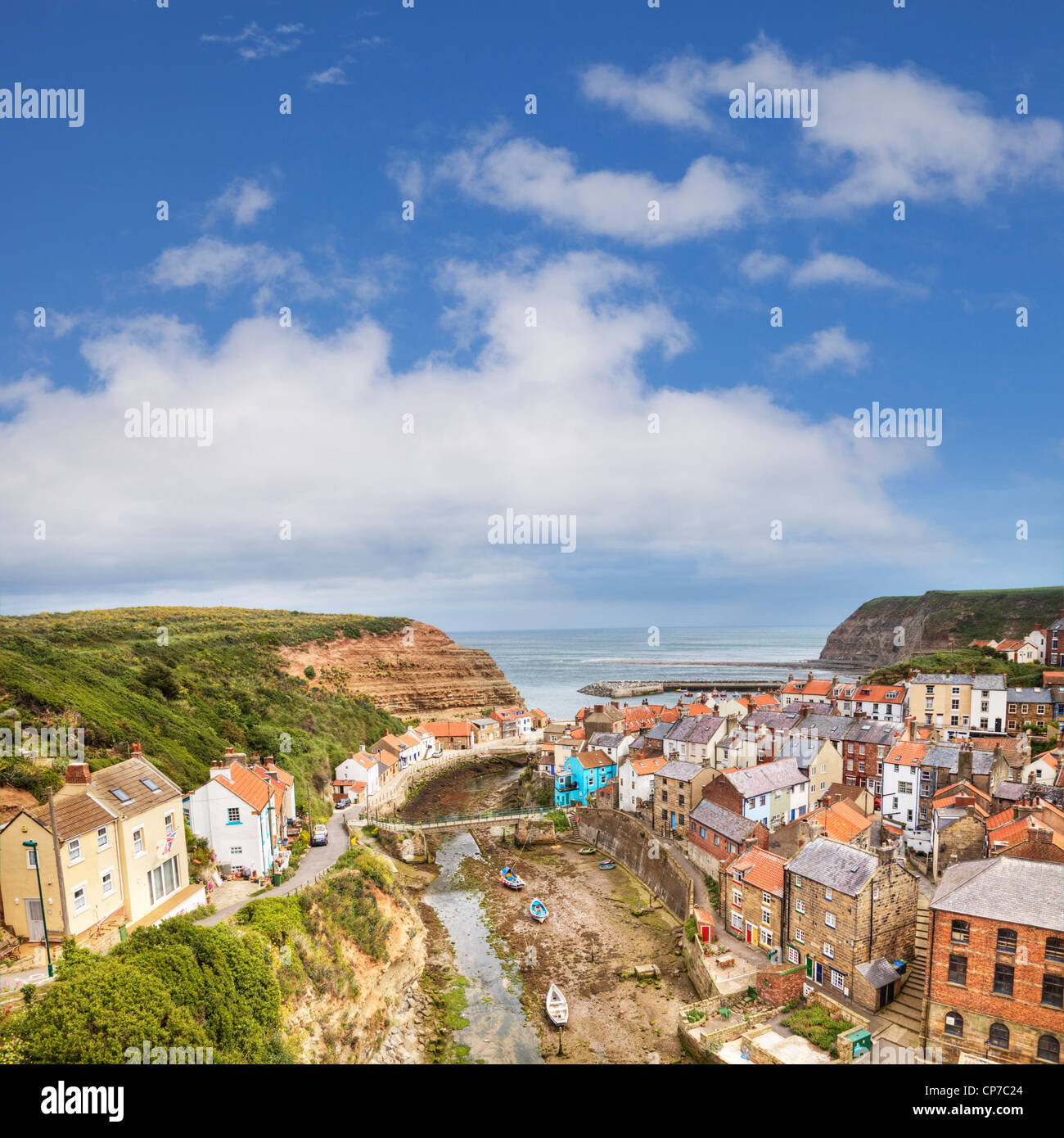 The tiny fishing village of Staithes and the Roxby Beck on the North Yorkshire coast, England - Stock Image