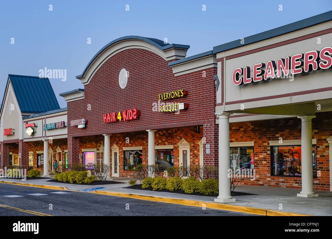 Typical American strip mall. - Stock Image