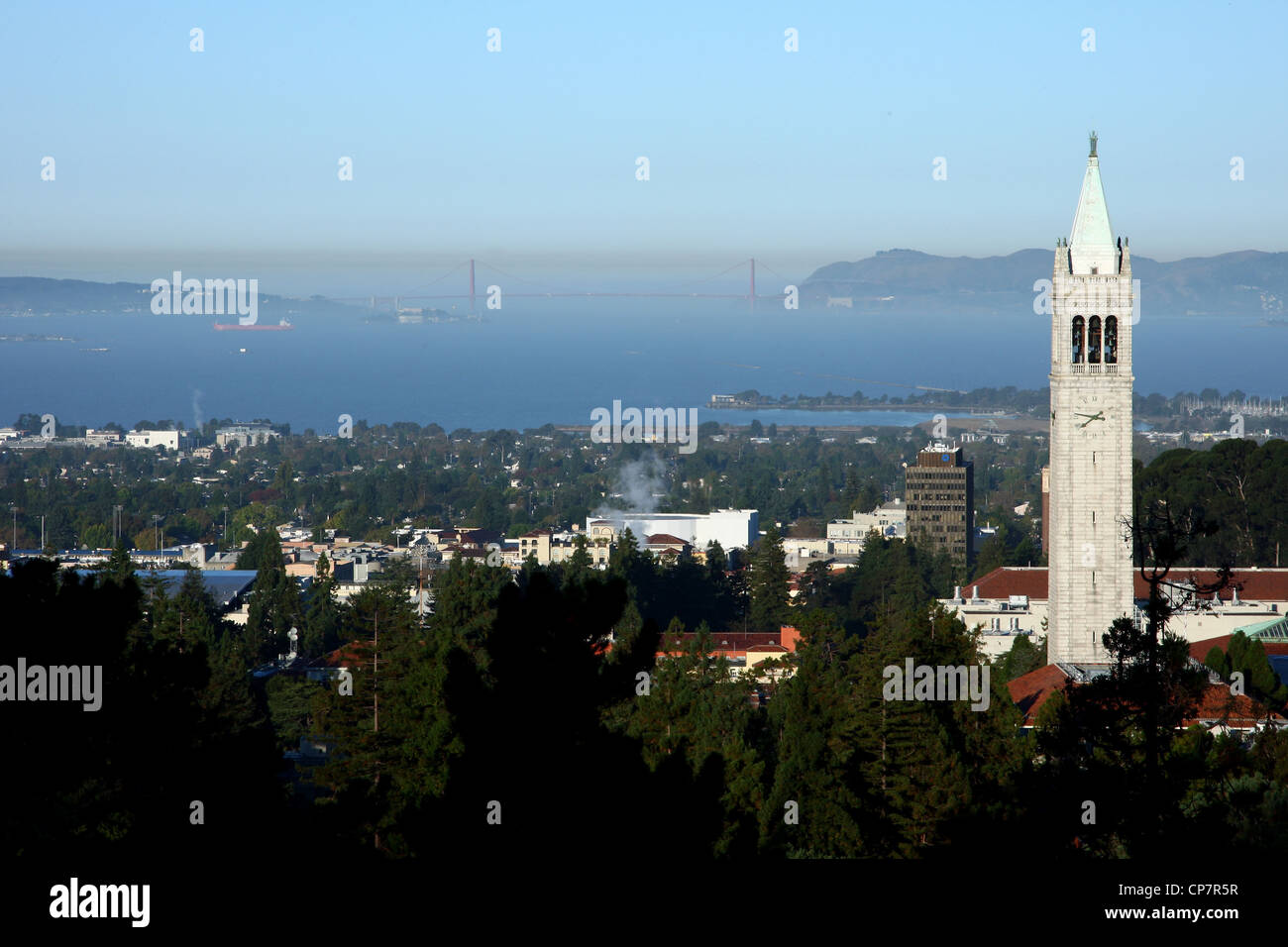 SATHER TOWER BERKELEY GOLDEN GATE BRIDGE BERKELEY UNIVERSITY OF CALIFORNIA USA 06 October 2011 - Stock Image