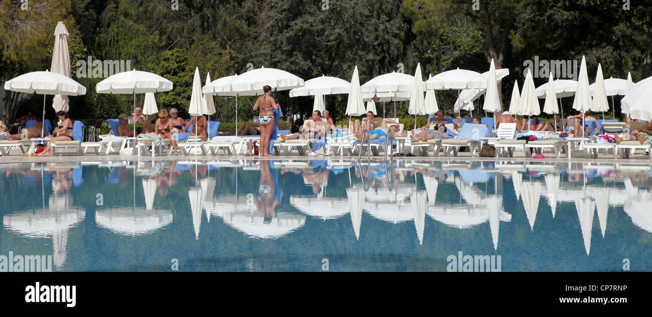 WHITE PARASOLS & REFLECTIONS AT SWIMMING POOL SIDE TURKEY 15 April 2012 - Stock Image