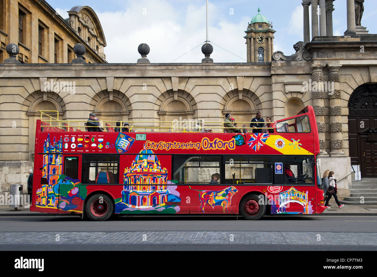 Oxford sightseeing tour bus in front of Queens college, Oxford, England - Stock Image