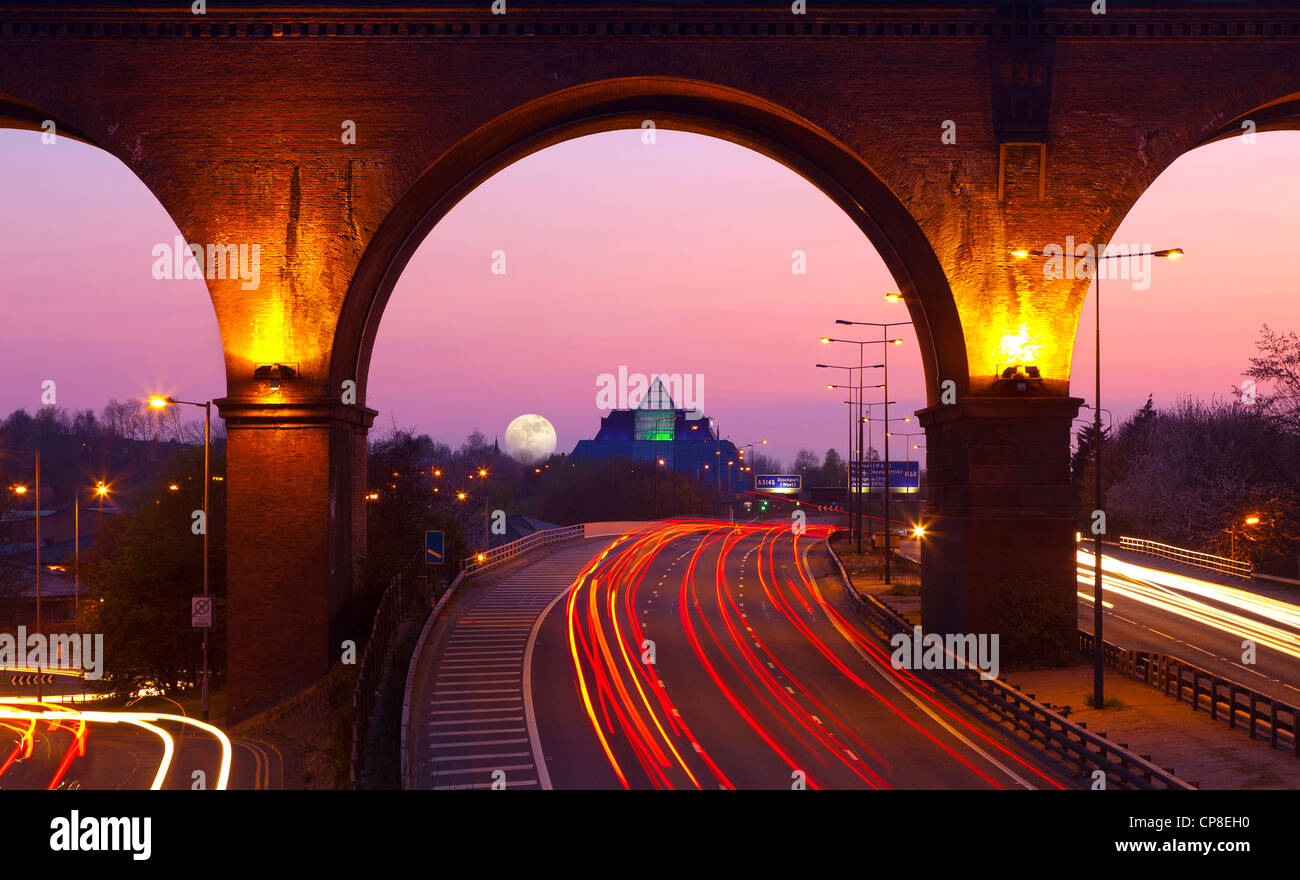 England, Cheshire, Stockport, view of M60 motorway, Viaduct and The Pyramid at twilight - Stock Image