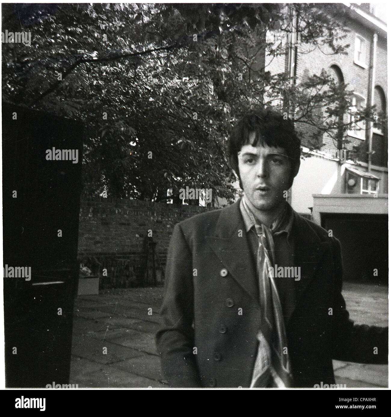007760 - Paul McCartney outside his home on Cavendish Avenue, London in 1967 - Stock Image