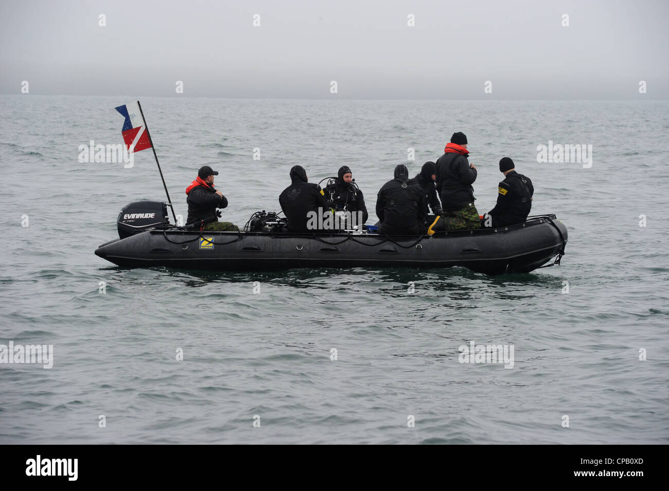 ) Canadian Army combat divers from 4 Engineering Support Regiment search for simulated mines in Sydney Harbor during - Stock Image
