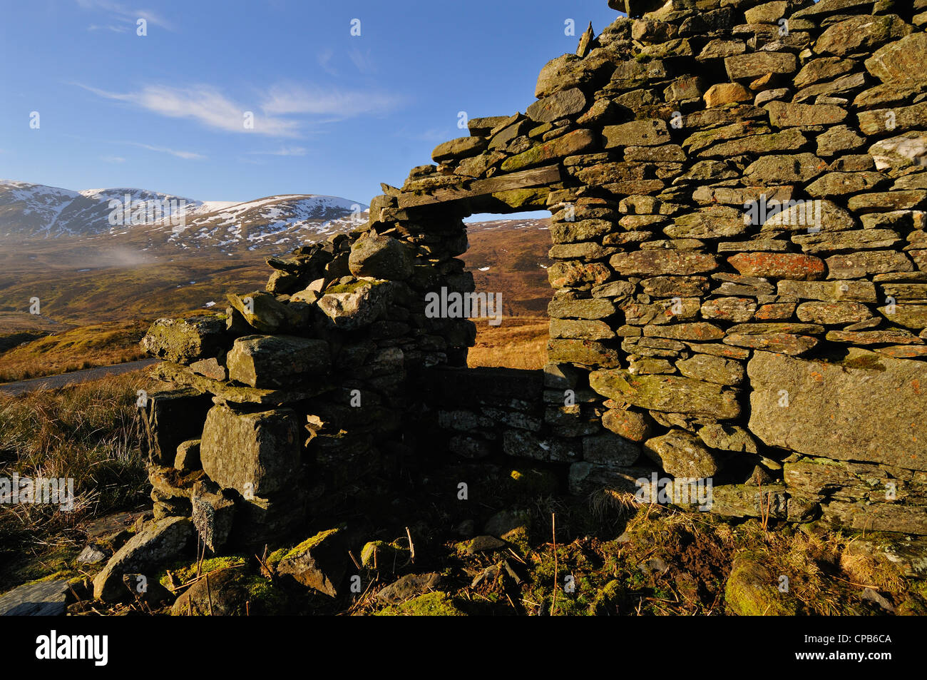 Long-ruined shepherd's cottage in the Tarmachan Hills above Killin, Scotland Stock Photo