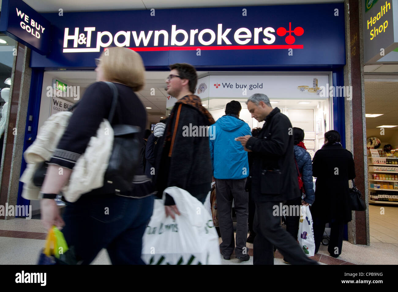 handt H&T pawnbrokers pawnbroker east London, with we buy gold sign - Stock Image