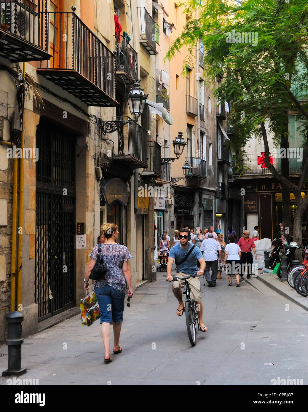 Tourists filled small streets in the Barri Gotic (Gothic quarter), Barcelona, Spain. - Stock Image