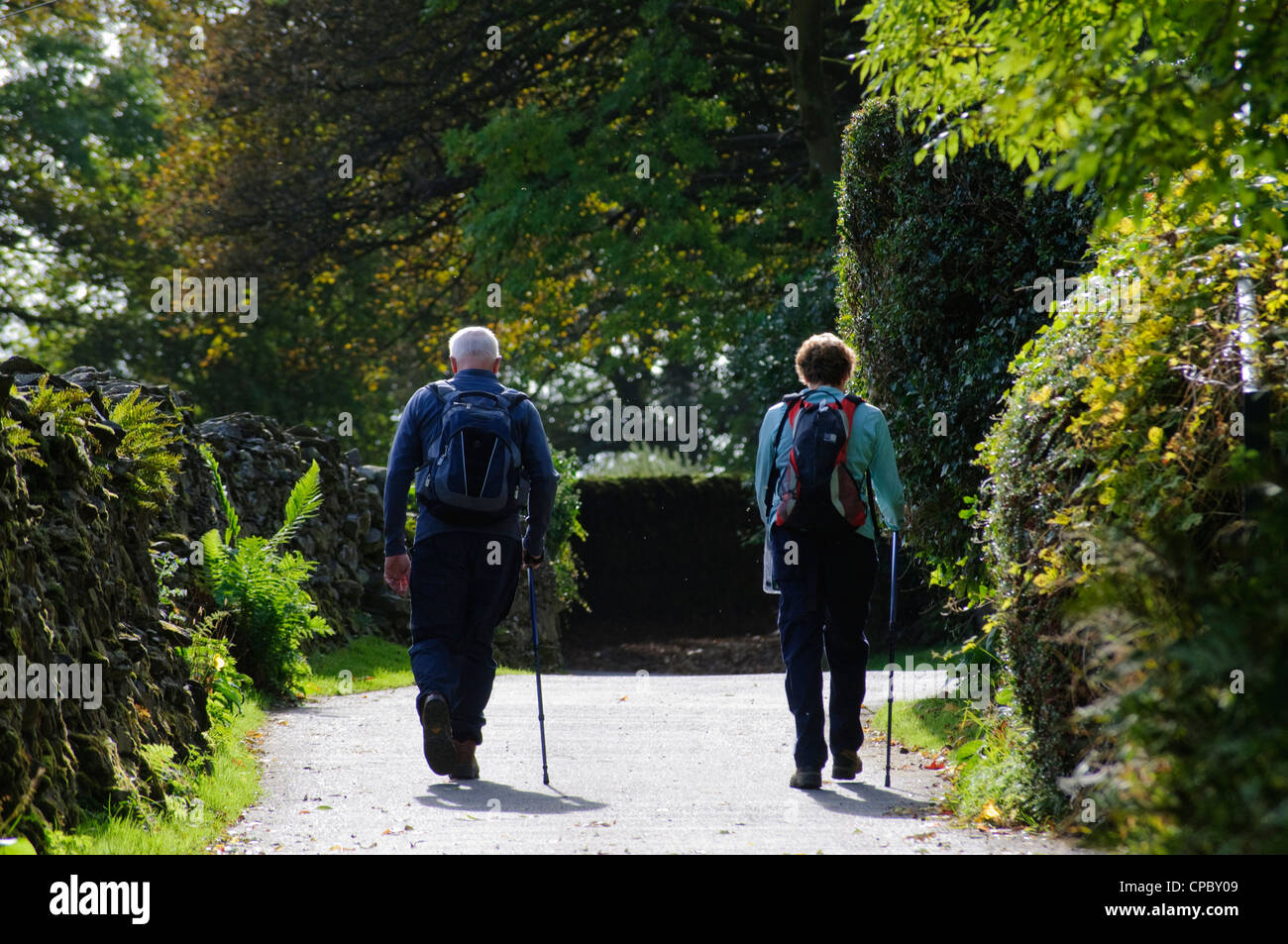 Walkers on Robin Lane, Troutbeck, Lake District - Stock Image
