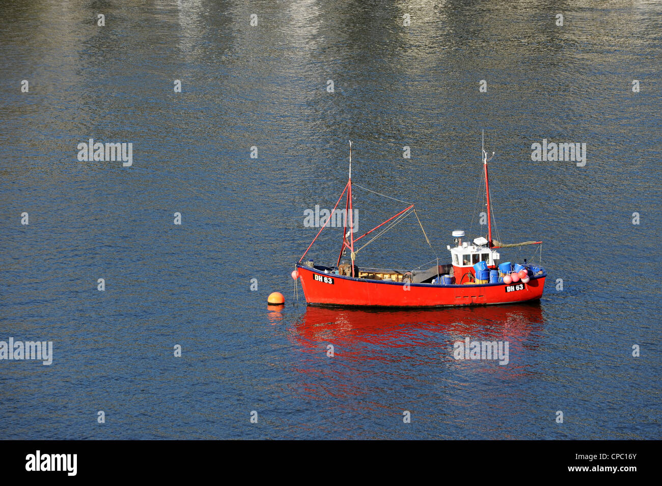 Red fishing boat moored on River Dart in Dartmouth - Stock Image