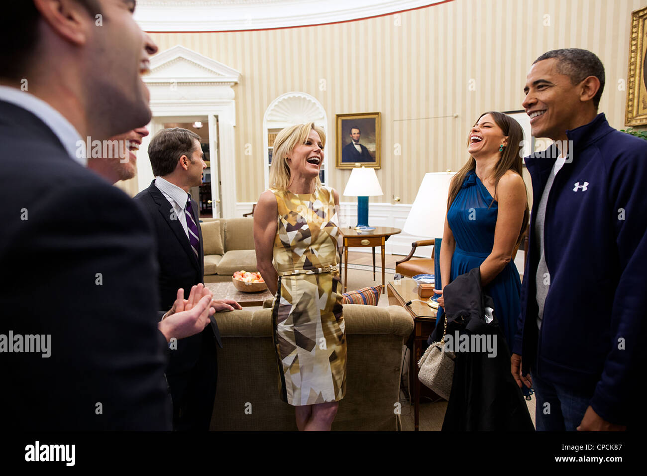 President Barack Obama greets cast members from ABC's sitcom Modern Family, including Julie Bowen, center, and - Stock Image