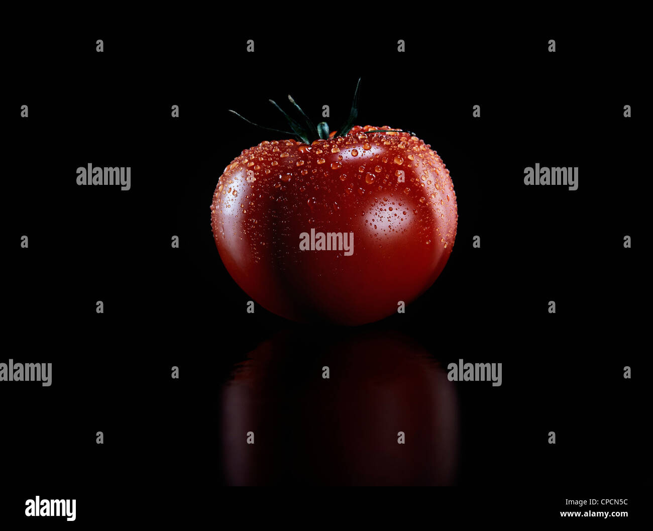 Close up of water drops on tomato - Stock Image