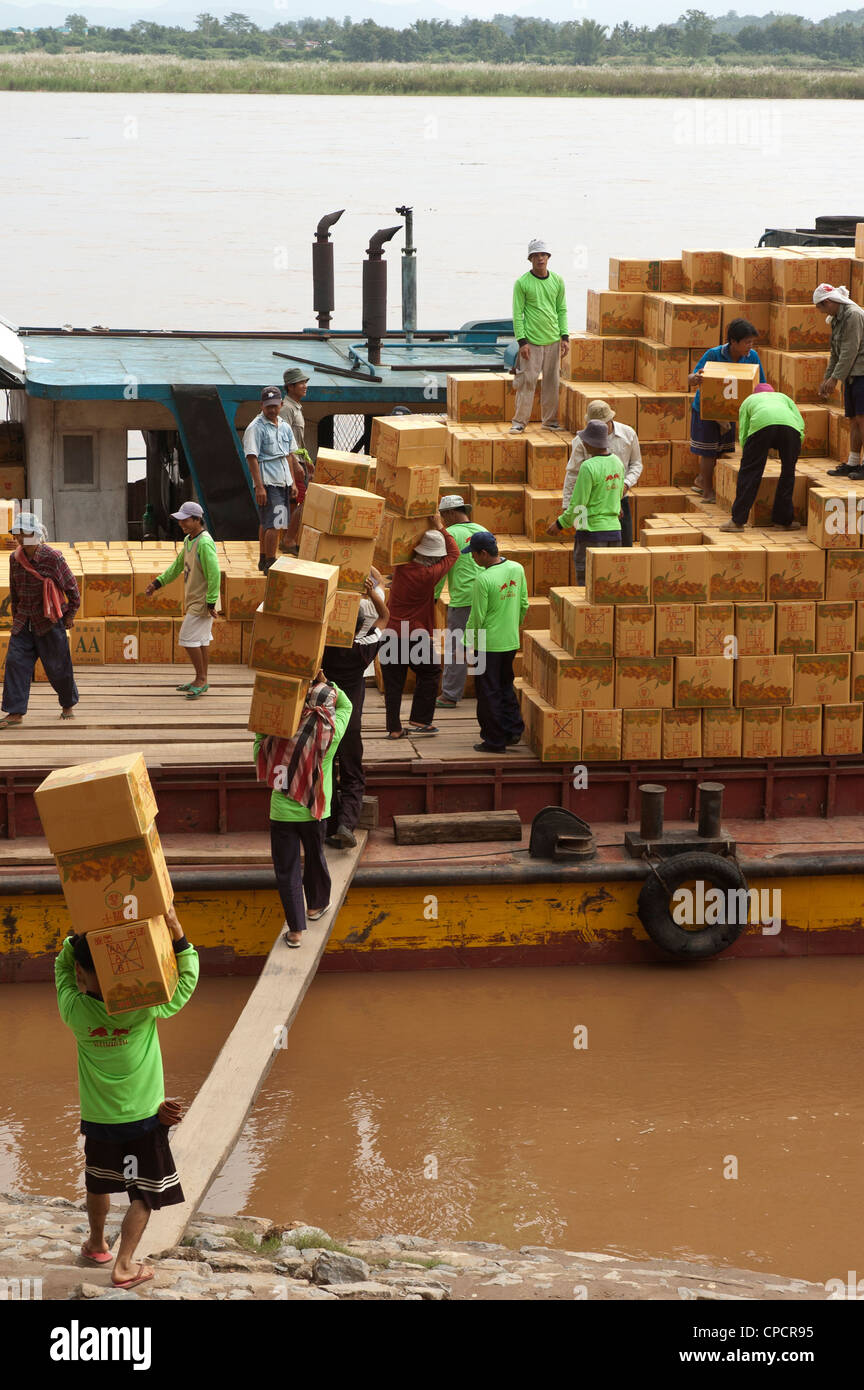 Elk208-5259v Thailand, Chiang Saen, Mekong River, crew loading and unloading Chinese cargo boat - Stock Image