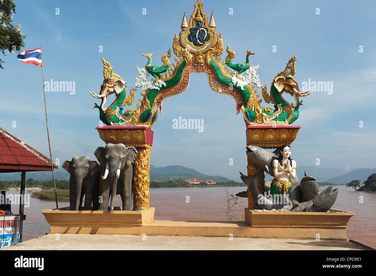 Elk208-5332 Thailand, Chiang Saen, Golden Triangle, esplanade along Mekong River with view arch - Stock Image