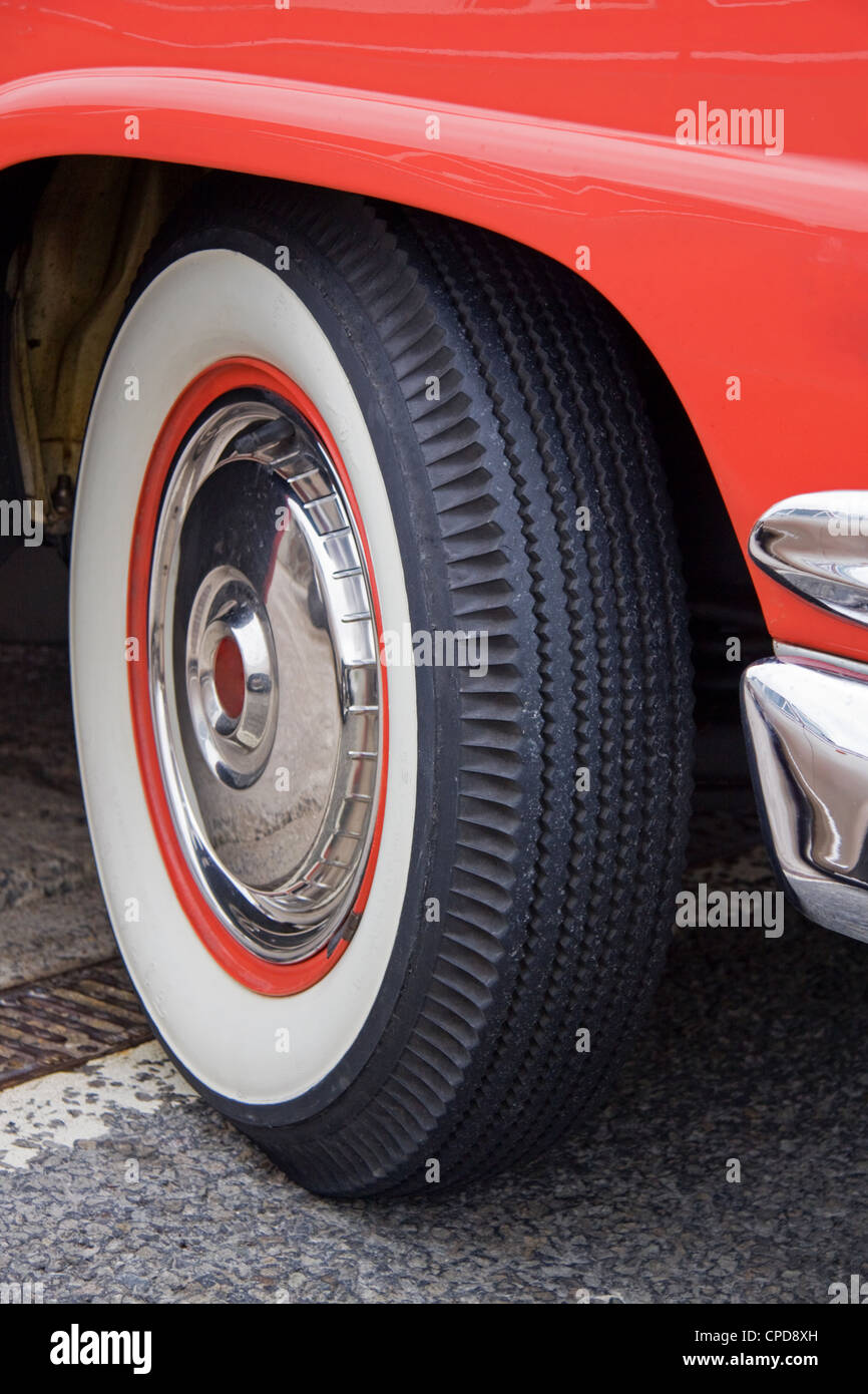 A whitewall tyre on a classic American car - Stock Image