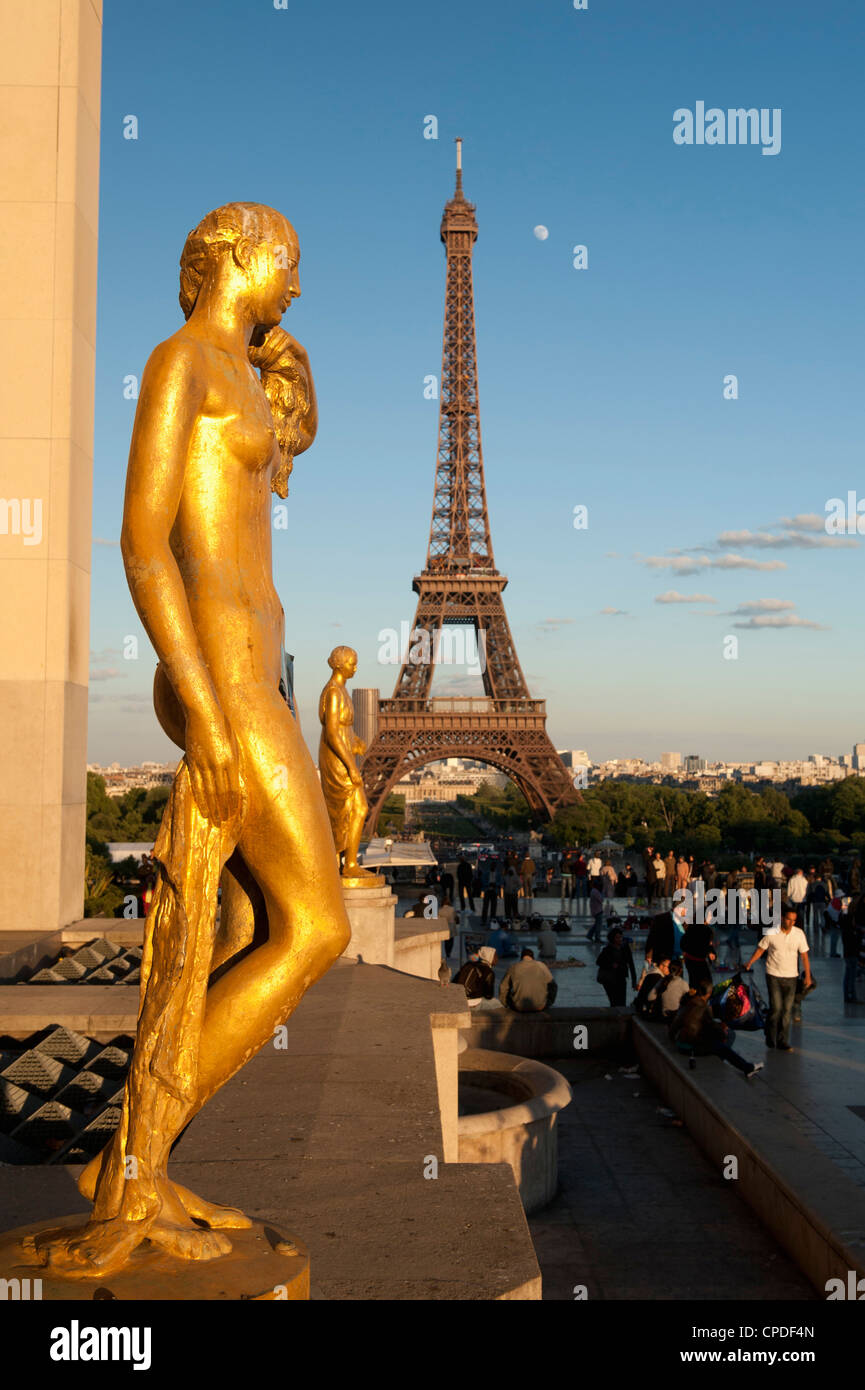 Statues of Palais de Chaillot and Eiffel Tower, Paris, France, Europe - Stock Image