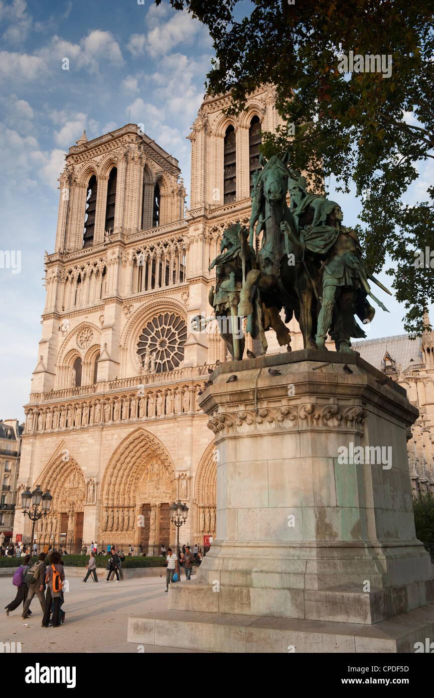 Gothic Notre Dame Cathedral and statue of Charlemagne et ses Leudes, Place du Parvis Notre Dame, Ile de la Cite, - Stock Image