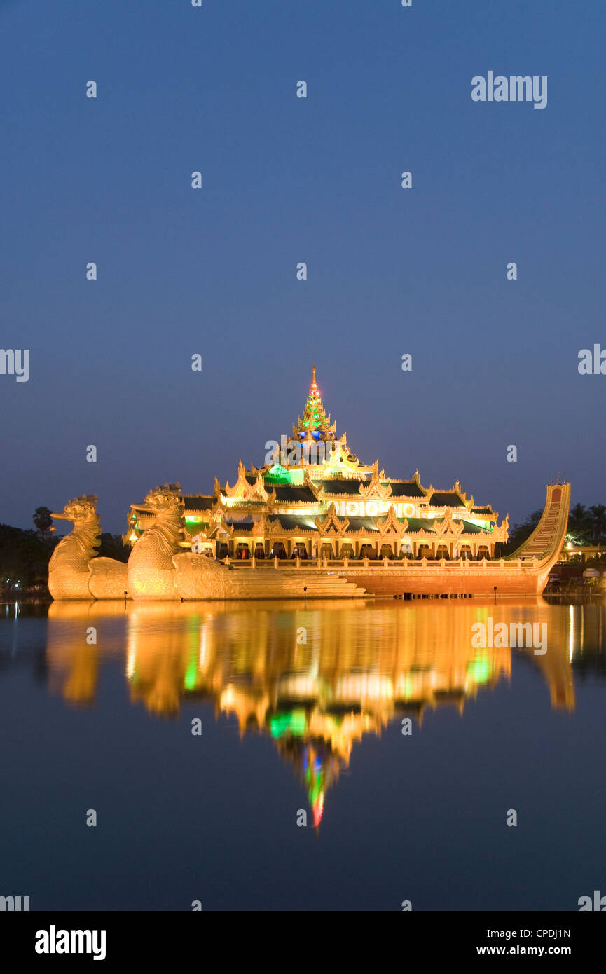 Karaweik Barge in the late evening, Kandawgyi Lake, Yangon (Rangoon), Myanmar (Burma), Asia - Stock Image