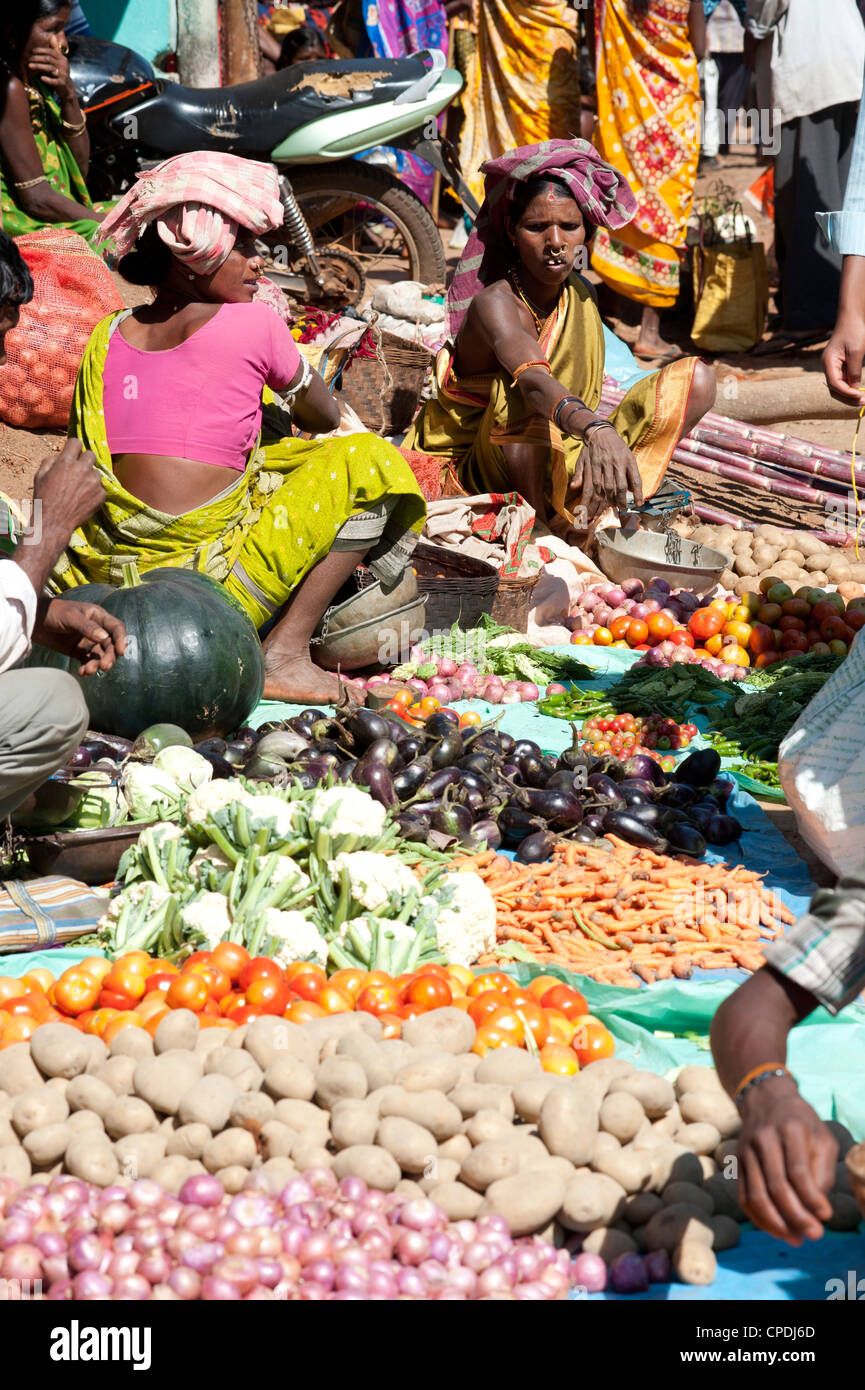 Mali tribeswomen selling vegetables at weekly market, Rayagader, Orissa, India, Asia - Stock Image