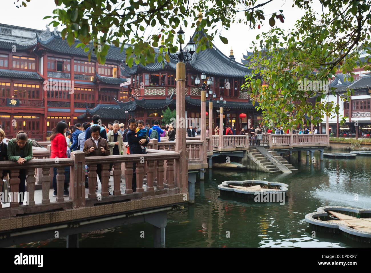 The zigzag Bridge of Nine Turnings, Yu Yuan (Yuyuan) Bazaar, Shanghai, China, Asia - Stock Image