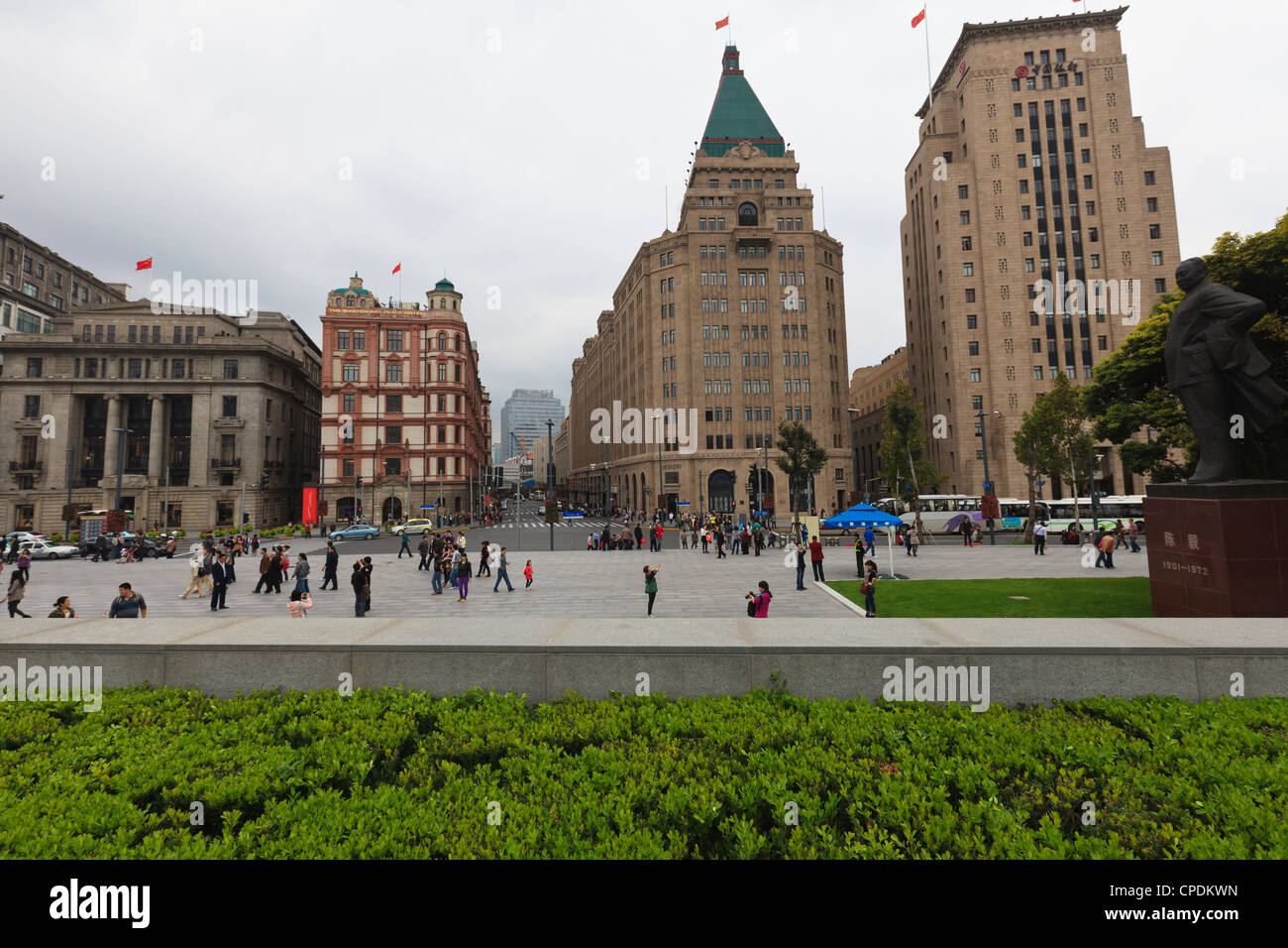 Bund, the Peace Hotel and Old Bank of China buildings on the right, Shanghai, China - Stock Image
