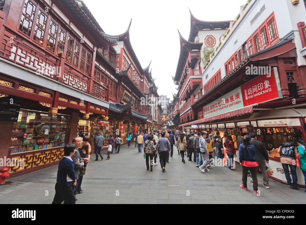 Shopping in the Yu Yuan (Yuyuan) Bazaar, Yu Gardens, Nanshi, Shanghai, China, Asia - Stock Image