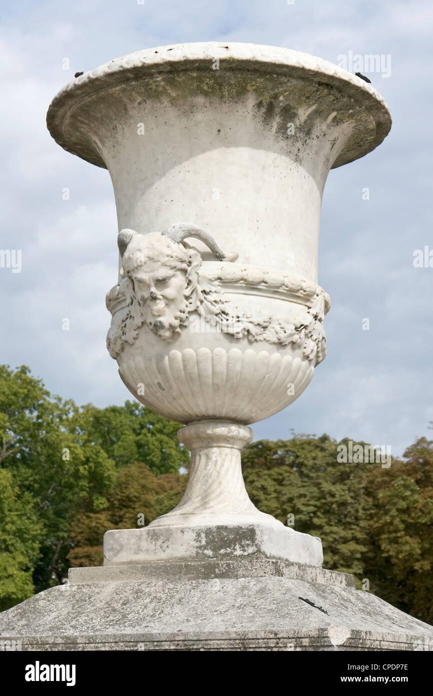 Ornamented krater in Paris [...] - Stock Image