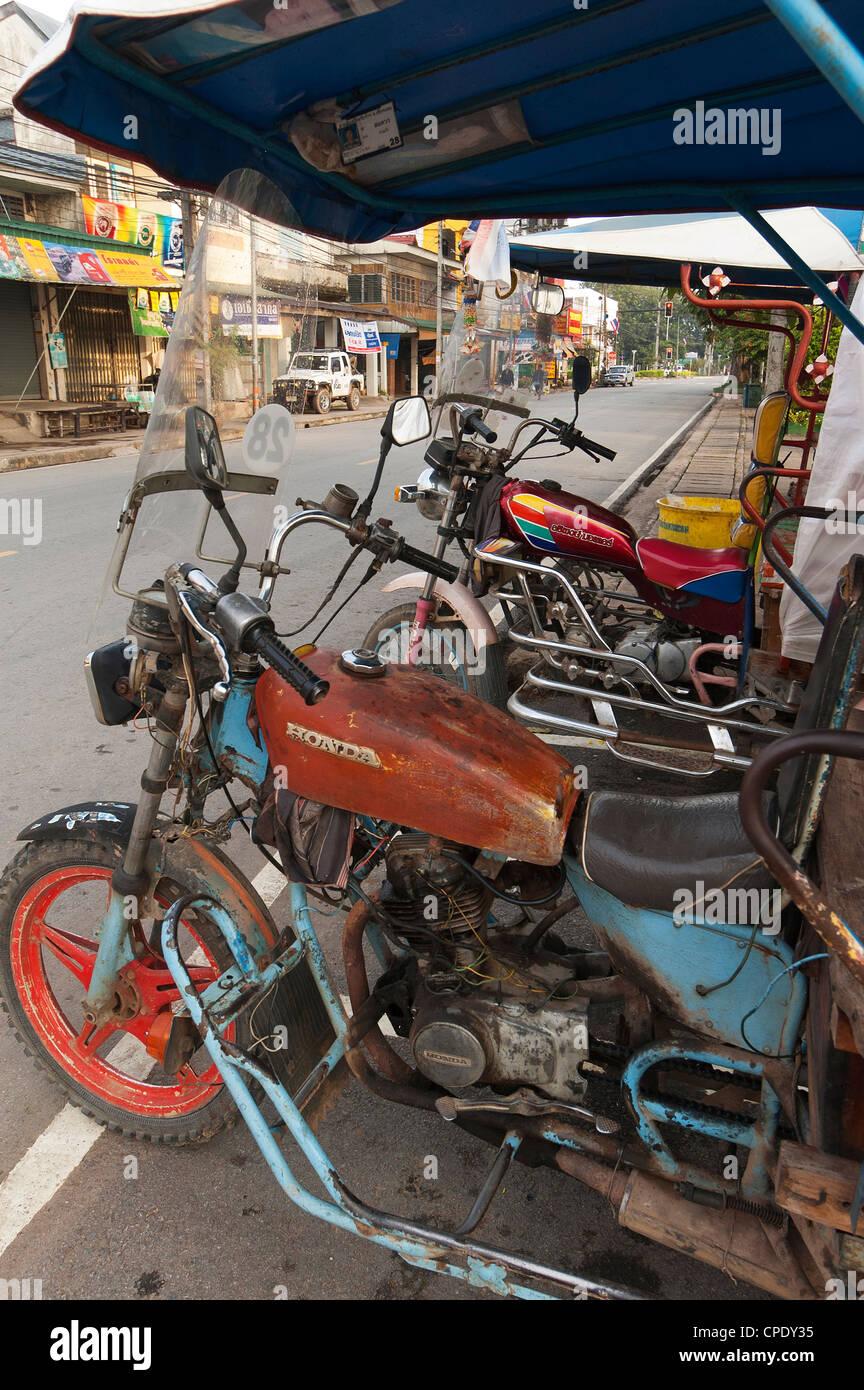 Elk208-5209v Thailand, Chiang Saen, street scene with tuktuks - Stock Image