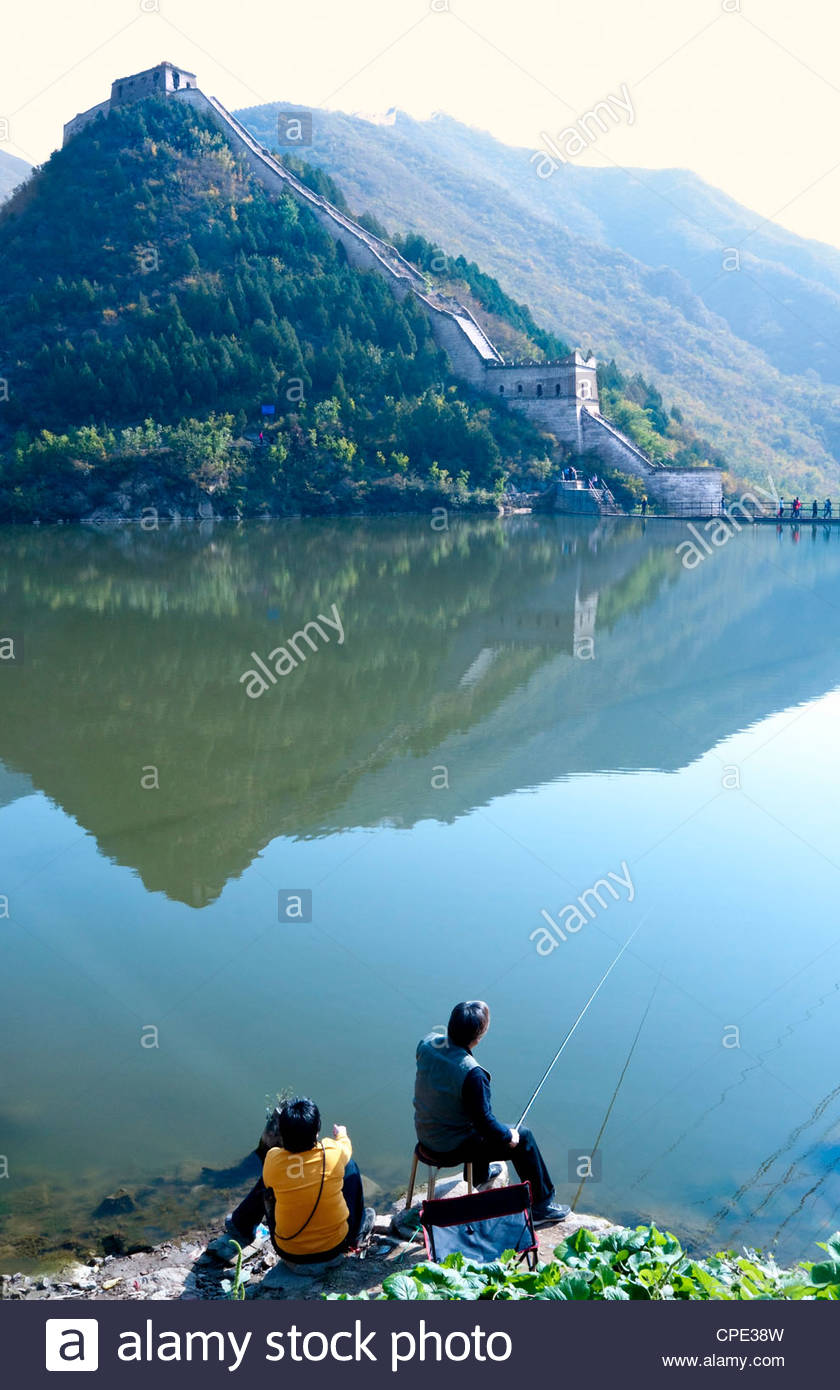 Couple fishing on Jintang Lake beside the Great Wall of China, Huanghuacheng (Yellow Flower), Jiuduhe, Huairou, - Stock Image