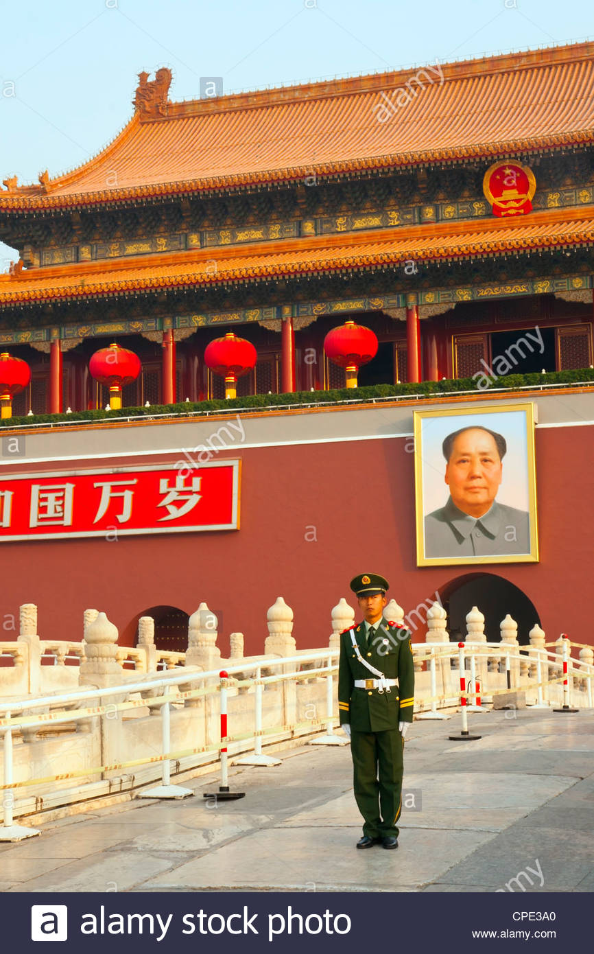 Peoples Armed Police guard with portrait of Mao Zedong, Heavenly Gate entrance to Forbidden City, Beijing, China, - Stock Image