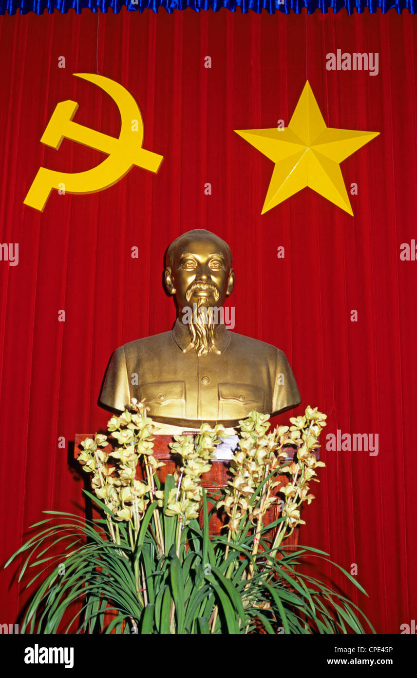 Bust of Ho Chi Minh and Vietnamese socialist flag, Vietnam, Indochina, Southeast Asia, Asia - Stock Image