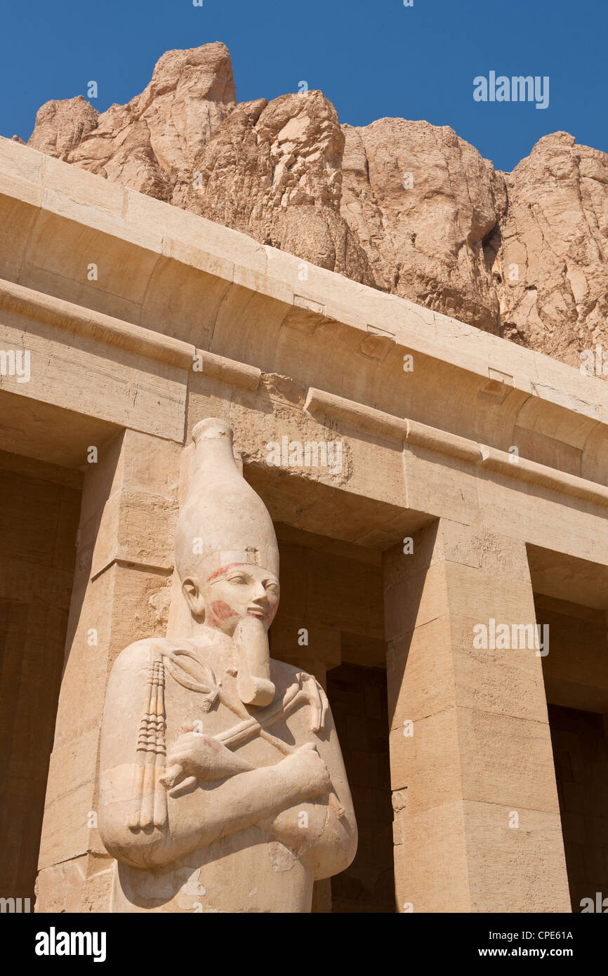 Osirian statue of Queen Hatshepsut on the upper portico of her Mortuary Temple, Deir el-Bahri, Thebes, Egypt, Africa - Stock Image