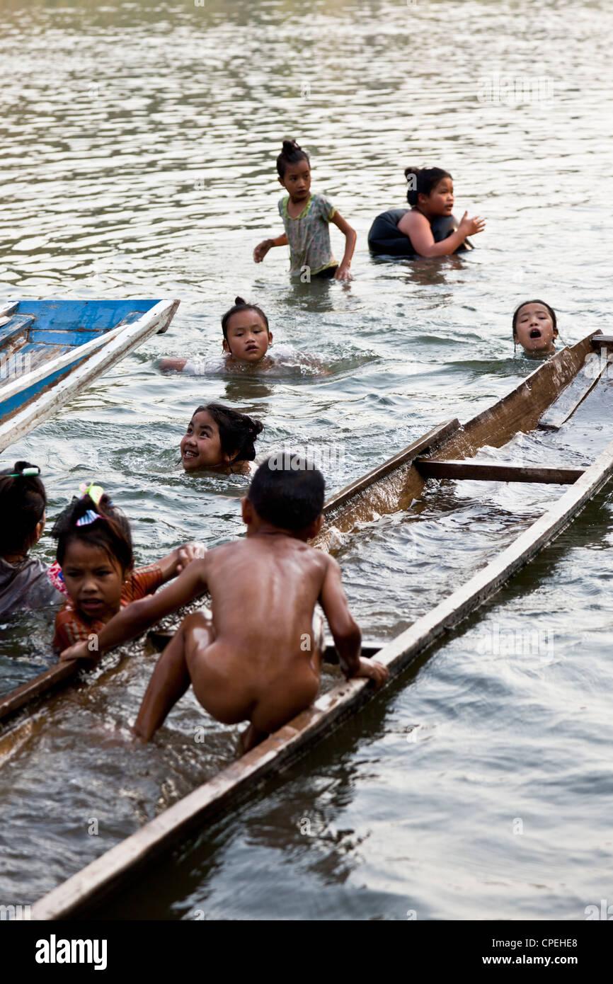 Laotian children playing in the Ou river (Laos).  Enfants Laotiens jouant dans la rivière Ou (Laos). - Stock Image