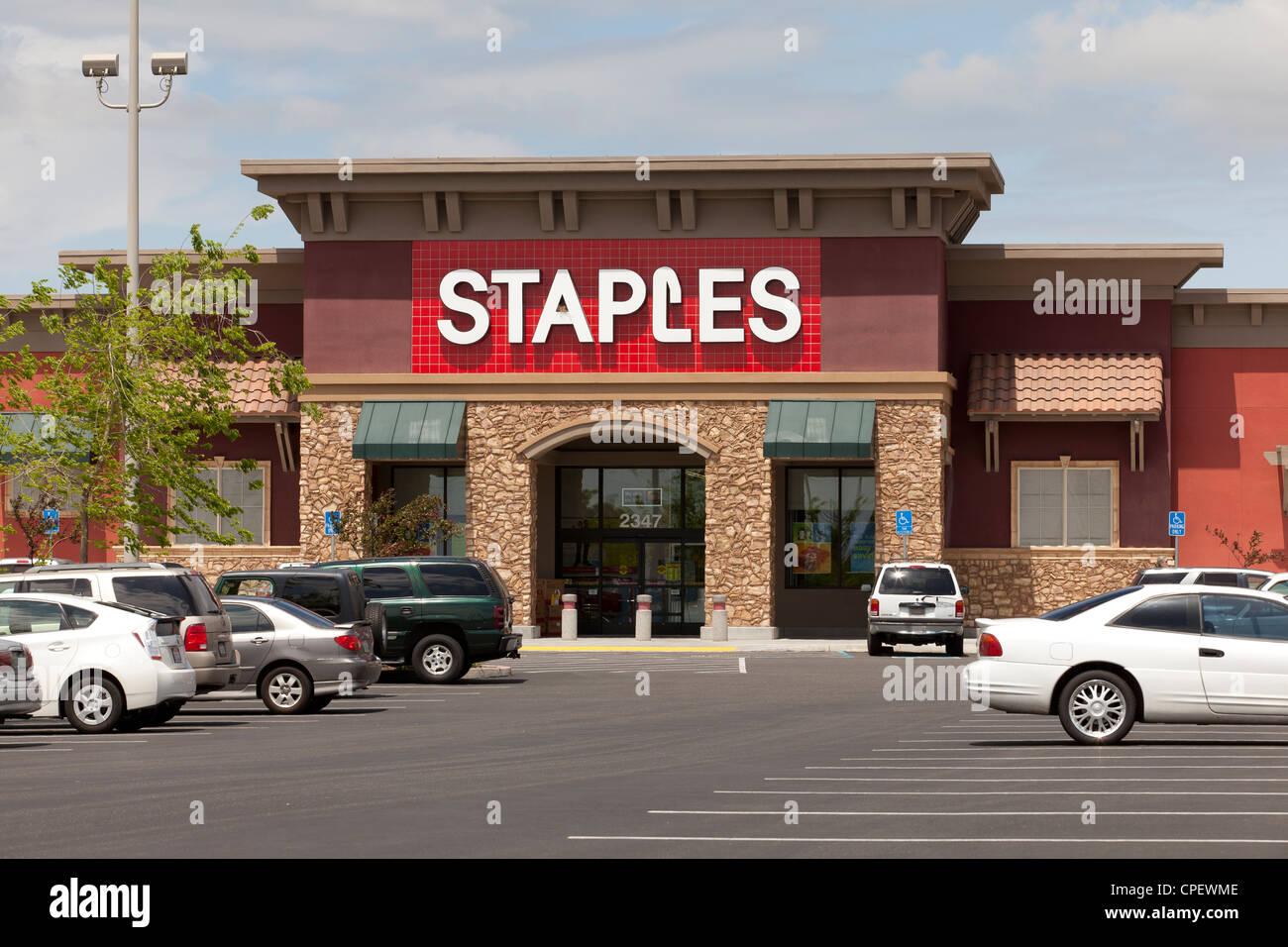 Staples storefront - USA - Stock Image