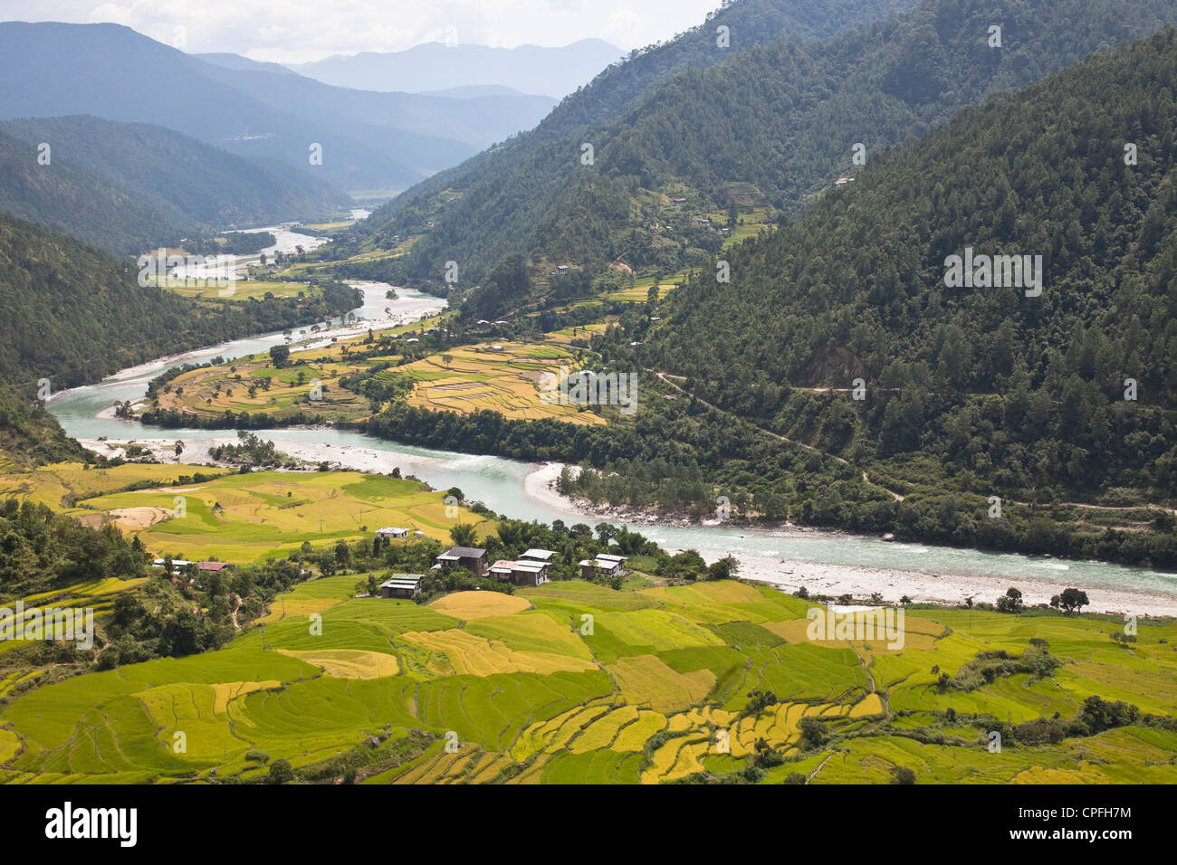 The Mo Chhu river in Punakha Valley, Bhutan. - Stock Image